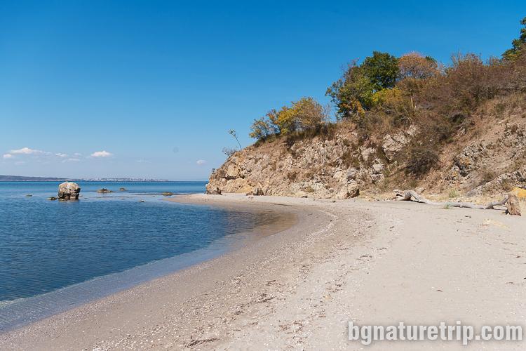 Малък плаж преди нос Скомболитос, устието на река Ропотамо