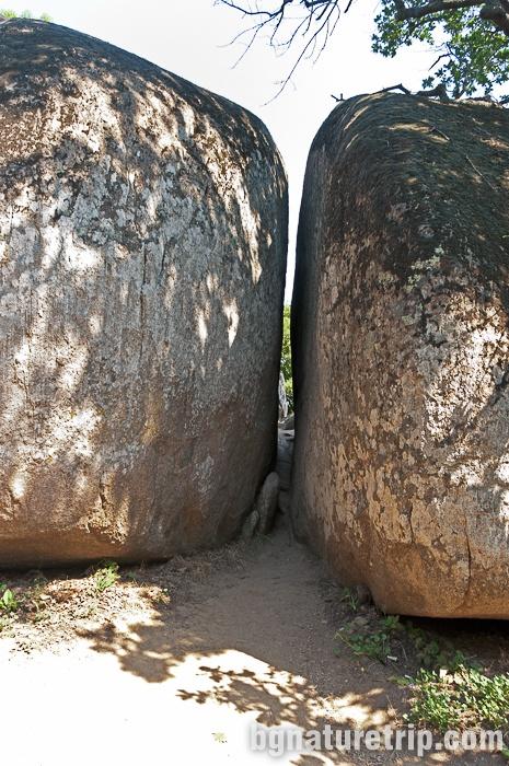 """""""Тунел на праведните"""", наричан също и """"Цепнатината"""" при светилището Бегликташ"""