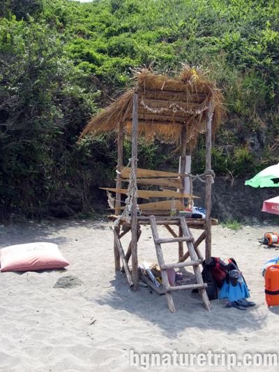 Варвара-плаж-екзотика-спасител-пост-сламен