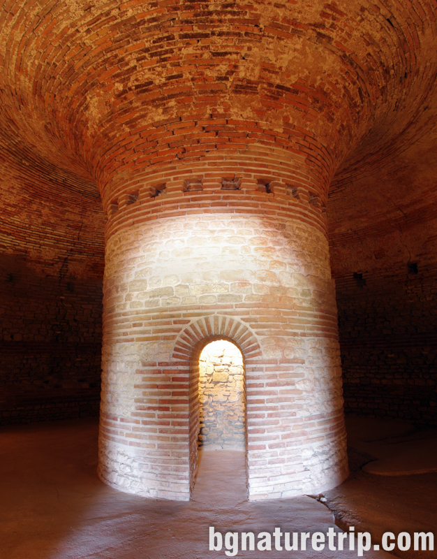 Уникалната куха колона, на която се носи целия могилен насип в поморийската куполна гробница