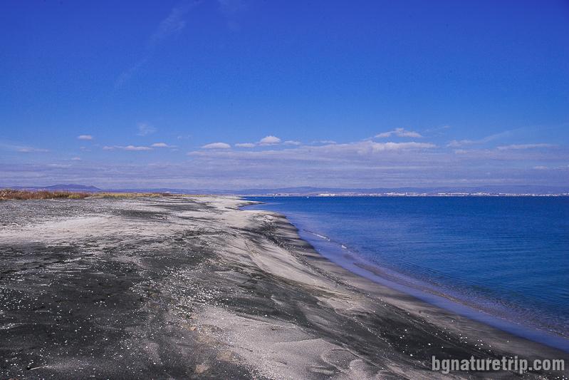 Дългата ивица с необичайно черен пясък
