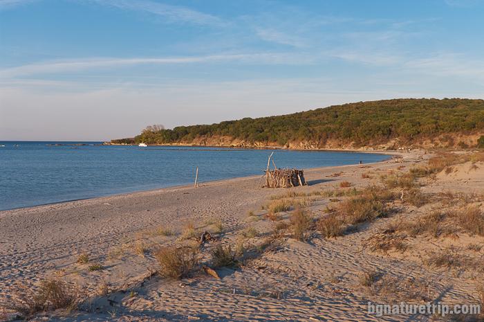 Плажната ивица изглежда примамливо място за плажуване, но за съжаление тъй като е част от резерват Ропотамо, то съгласно реда в него, плажуването  е забранено.