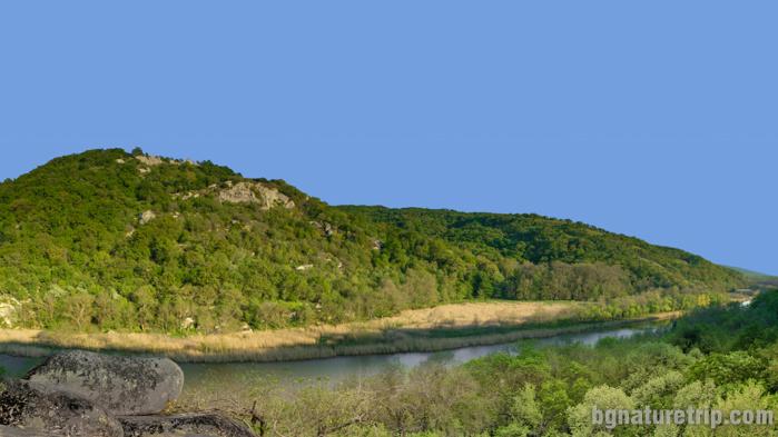Панорамна гледка към река Ропотамо и Узунджа баир от Веселата скала.