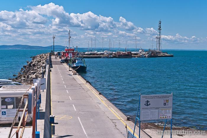 Общ изглед към пристанището на Поморие, където акостират малки кораби, яхти и катери