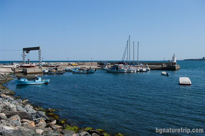 Пристанището и фарът на приморско