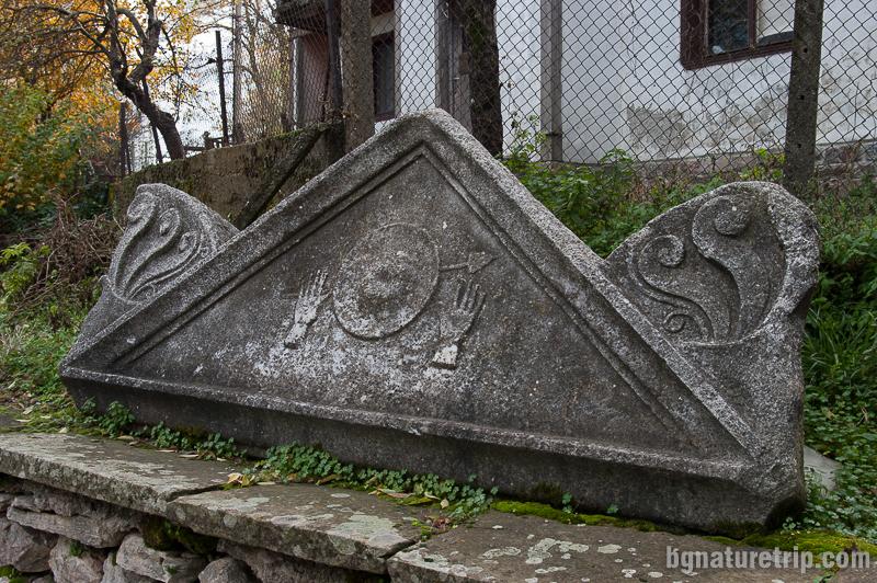 Фронтонът от съоръжението в двора на музея на Малко Търново