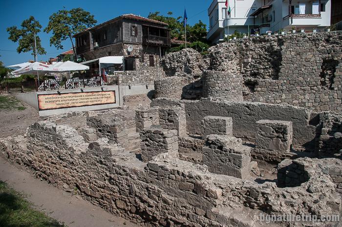 Манастир Св. Николай Чудотвоец близо до южната крепостна стена в Созопол