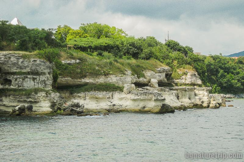 Отдясно на тези скали се намира централният плаж на Царево