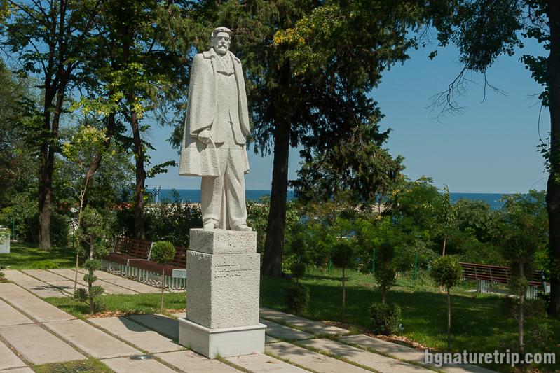 Паметникът на Михаил Герджиков в морската градина на Царево.