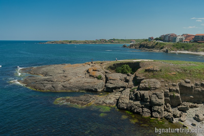 Гледка от нос Кастро на юг към тези интересни скални форми, падащи се от северната страна на плаж Василико, Царево
