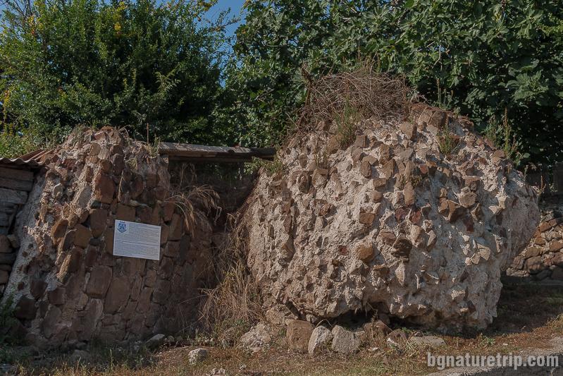 Останки от крепостната стена в Ахтопол