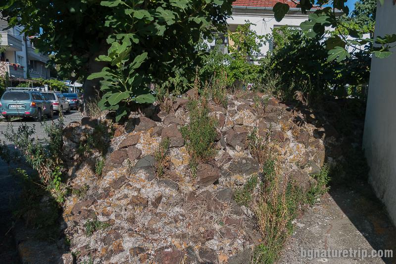 Издигащи се от земята крепостни руини в други части на Ахтопол