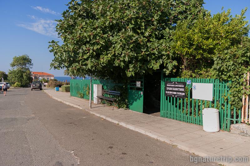 Входът към църквата близо до Гръцкото училище