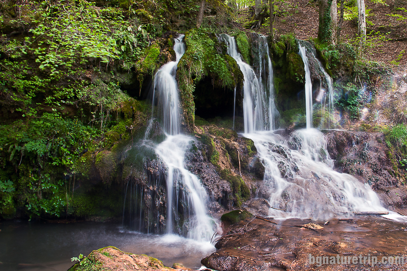 Странични струи непосредствено до водопада Докузак
