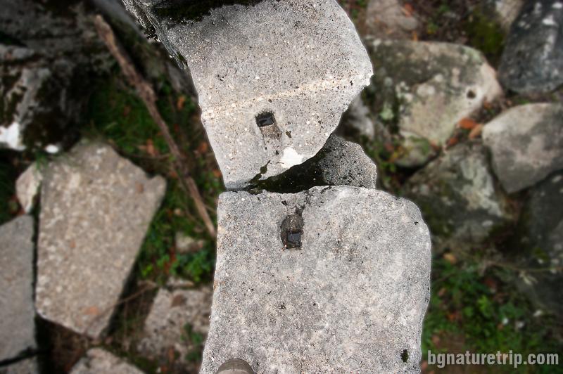 Два блока с дупки за металната скоба - Мишкова нива