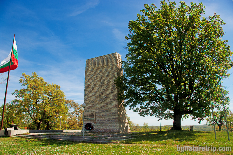 Паметникът - мемориал на Петрова нива в памет на загиналите въстаници