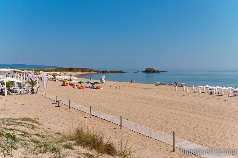 Северният край на плажа в Лозенец, където има самотна скала наподобяваща островче