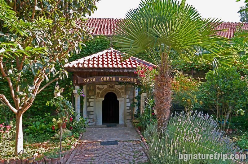 Райската градина в двора на църквата Св. Никола в Черноморец