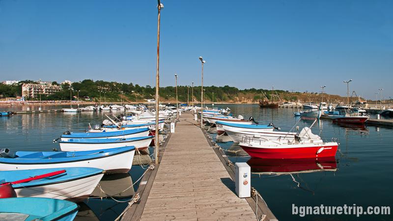 Кей на пристанището в Черноморец