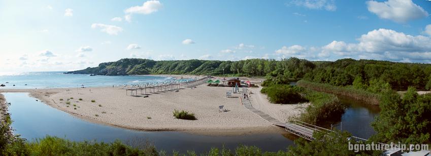 Поглед отвисоко към река Силистар, чието устие е в северния край на плажа