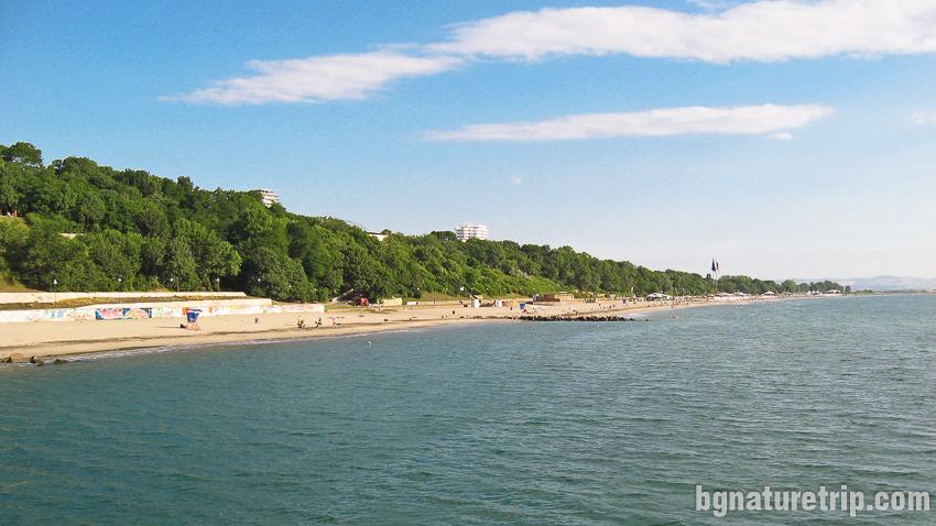 Плажът на Бургас наблюдаван от мостика