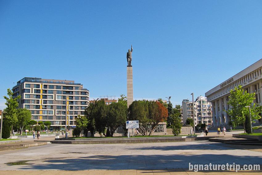 """Площад Тройката с паметника на """"Альоша"""""""