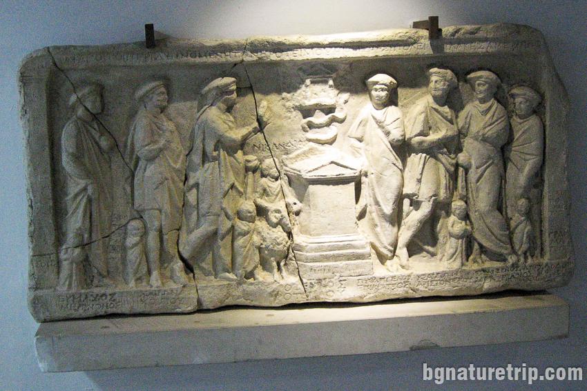 Релеф на стратезите на Месамбрия от II - I в. пр. Хр. изложен в археологическия музей на Бургас
