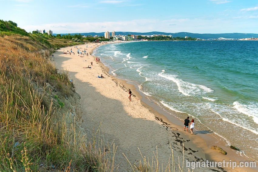 Общ изглед към целия плаж на Несебър от западния му край, където е по-спокойно
