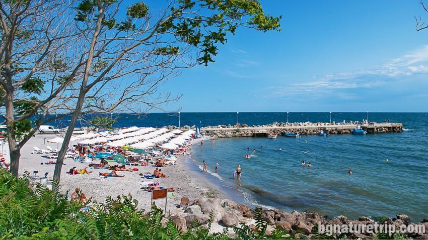 """Още един малък плаж в Несебър """"Старият"""" град с чадъри и шезлонги под наем"""