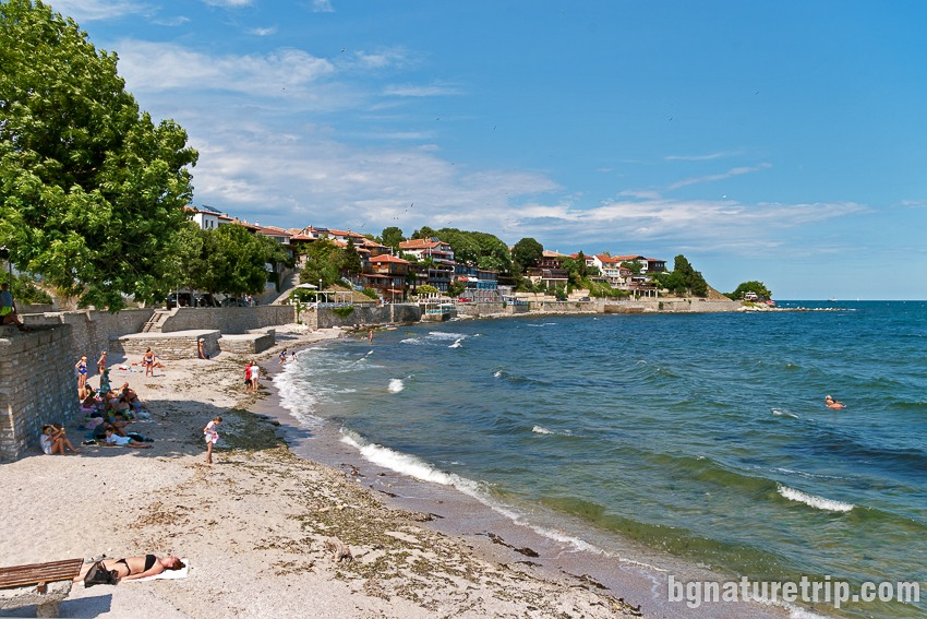Малък плаж в близост до южното пристанище на Несебър