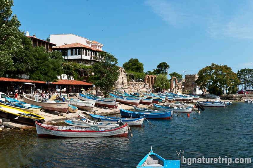 """Малко пристанище за рибарските лодки в южната част на Несебър """"Старият град"""" близо до провлака"""