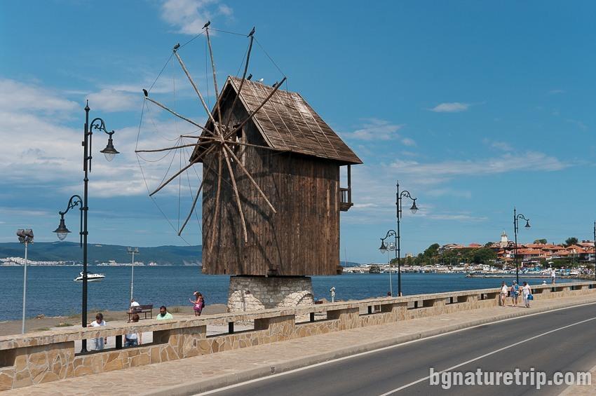 """Дървената мелница на провлака водещ към Несебър - """"Старият"""" град"""