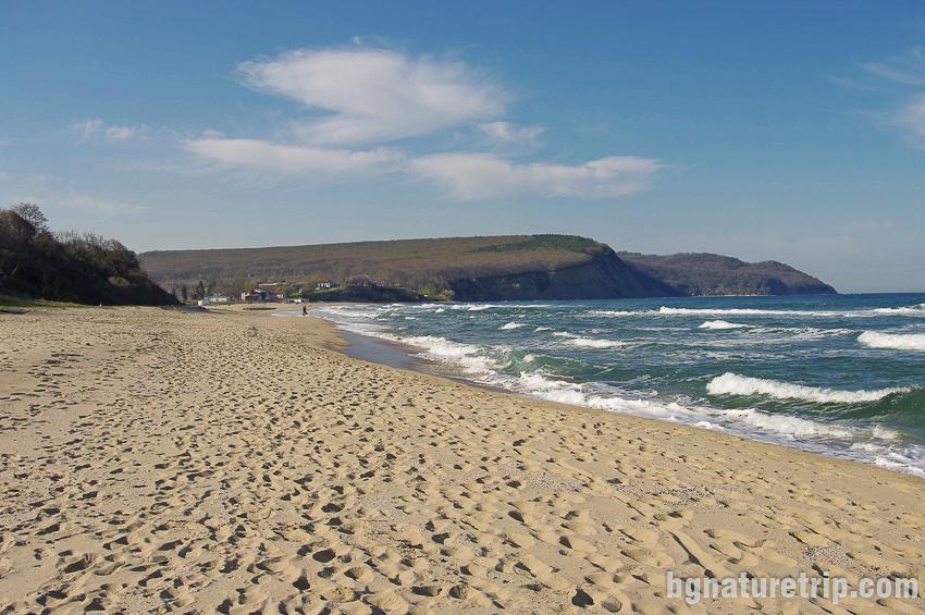 Поглед назад в северна посока към носа на плаж Иракли и негов символ