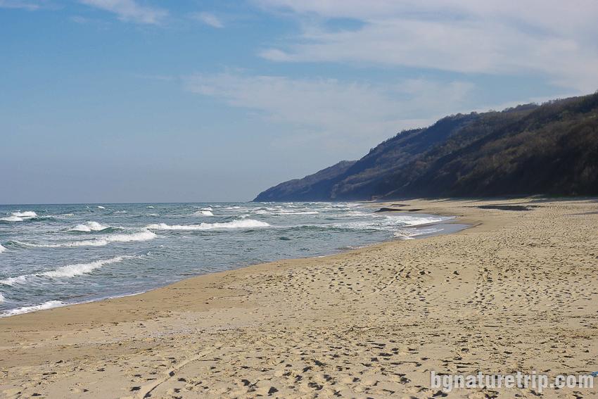 Прекосяване плажа Иракли в посока юг