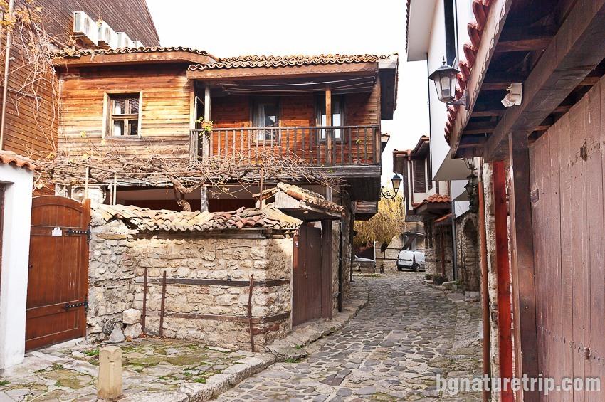 """Една от калдъръмените улици на Несебър, """"Старият град"""""""