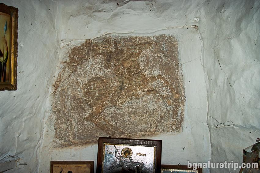 Оброчната плоча на Тракийският конник в параклиса Св. Георги до Заберново в Странджа