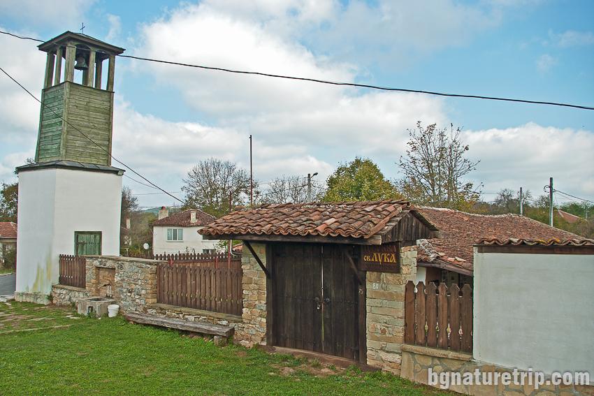 Оградата и камбанарията на църквата Свети Лука в Заберново, Странджа