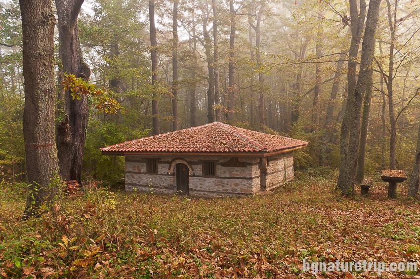 Параклисът Света Петка в местността Парория. Построен на място, за което се предполага, че е бил манатирът на Григорий Синаит