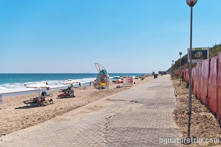 Крайбрежната алея зад Централен плаж на Обзор