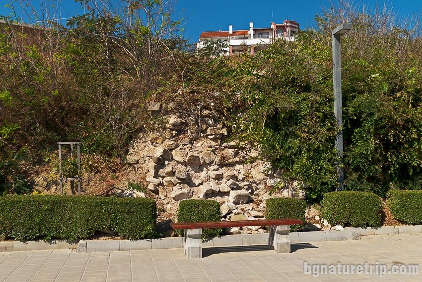 Руини на крепостна стена
