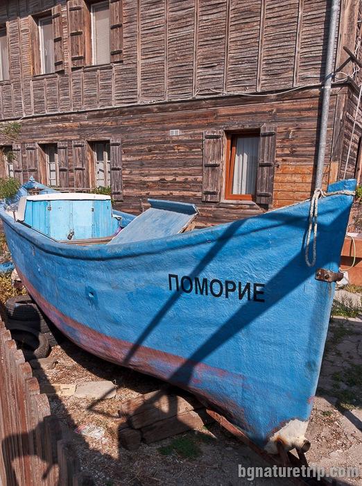 Рибарска лодка в двора на една от старите поморийски къщи